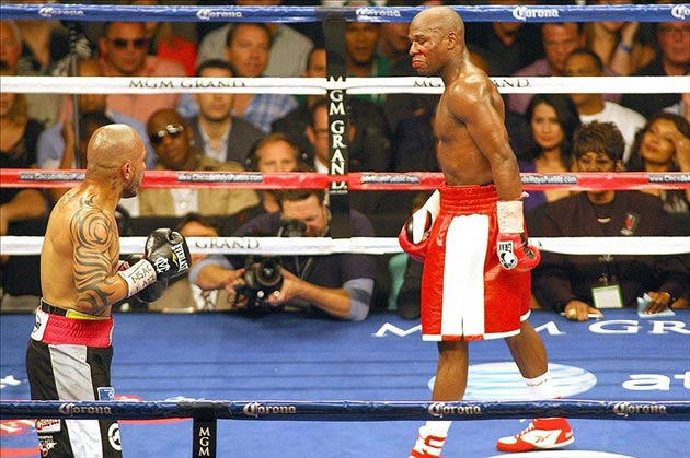 Floyd Mayweather Jr. smiles at Miguel Cotto